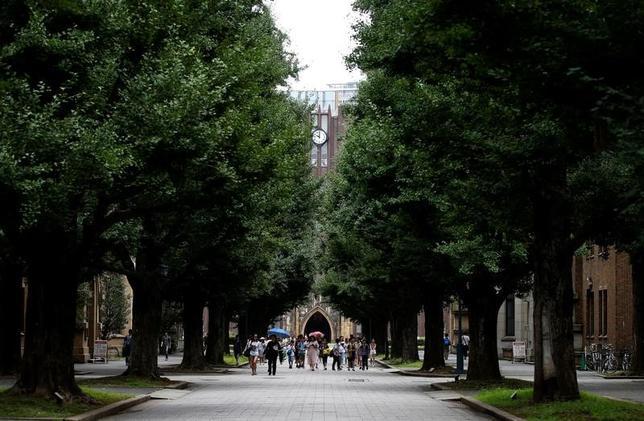 5月12日、経済財政運営の方針を示す今年の「骨太方針」の柱の1つに、大学教育の機会均等と質の向上が盛り込まれる公算が大きくなっている。写真は東京大学・安田講堂。昨年7月撮影(2017年 ロイター/Toru Hanai)
