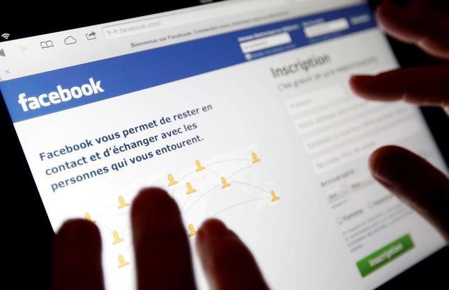5月10日、米フェイスブックは大げさな広告や虚偽の内容でホームページの閲覧数を稼ごうとする「クリックベイト」サイト対策の強化を進めている。写真のフェイスブックページはフランス・ボルドーで2013年1月撮影(2017年 ロイター/Regis Duvignau)