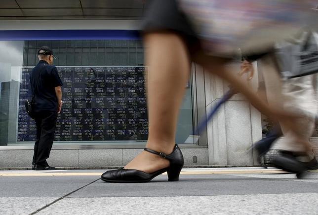 5月11日、前場の東京株式市場で、日経平均株価は前日比29円18銭高の1万9929円27銭となり、小幅続伸となった。写真は都内で2015年8月撮影(2017年 ロイター/Yuya Shino)