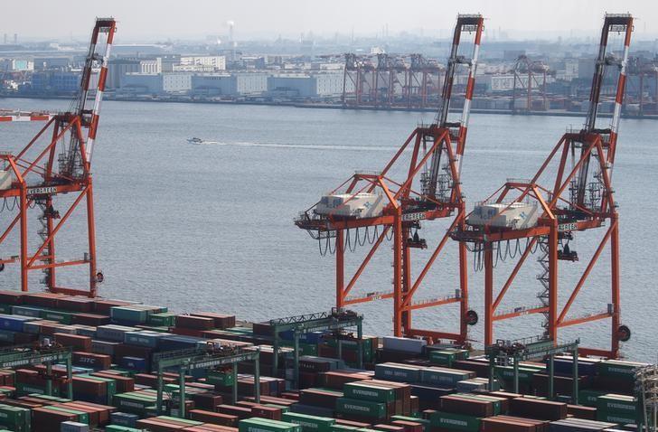 资料图片:2017年3月,日本东京港口的集装箱。REUTERS/Issei Kato
