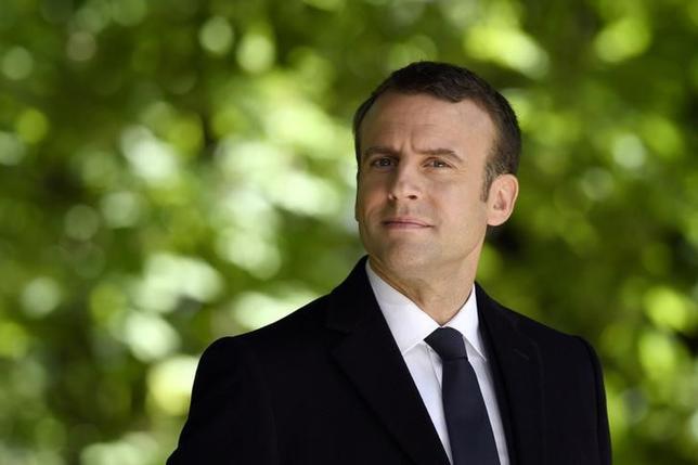 5月10日、フランス大統領選での中道系マクロン前経済相(写真)の勝利を受けて同国の右派、左派双方の主要政党では混乱が続いており、6月の国民議会(下院)総選挙に向けた態勢づくりが進まない状況となっている。写真はパリでの代表撮影(2017年/ロイター)
