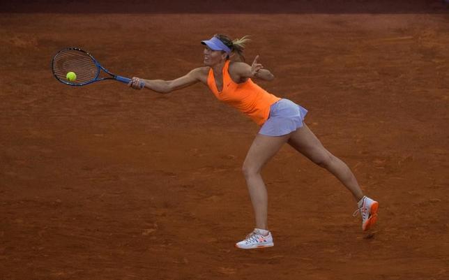 5月10日、男子テニスの世界ランク1位、アンディ・マリーは、女子テニスの元世界ランク1位マリア・シャラポワ(写真)がいくつもの大会に招きを受けていることについて、主催者の都合が背景にあると述べた。マドリードで8日撮影(2017年 ロイター/Sergio Perez)