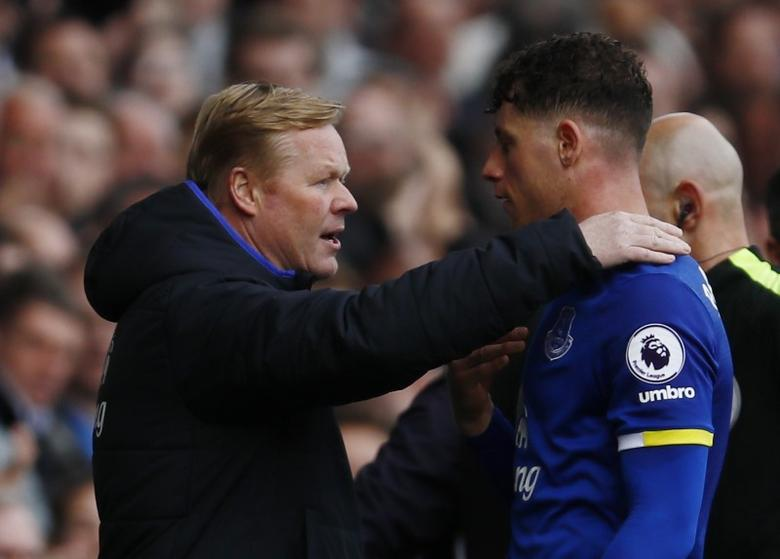 Britain Soccer Football - Everton v Burnley - Premier League - Goodison Park - 15/4/17 Everton's Ross Barkley with manager Ronald Koeman as he walks off to be substituted   Action Images via Reuters / Jason Cairnduff Livepic