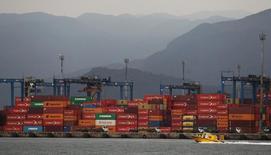 Contenedores apilados en el puerto brasileño de Santos, sep 14, 2016. Brasil aumentará la duración de las licencias de operación portuaria de 25 a 35 años, según la edición del jueves del diario oficial, en un esfuerzo por atraer la inversión privada en infraestructura.  REUTERS/Fernando Donasci