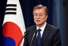 El nuevo presidente de Corea del Sur, Moon Jae-in, en una rueda de prensa en Seúl, mayo 10, 2017. El nuevo presidente de Corea del Sur, Moon Jae-in, dijo el jueves al líder chino, Xi Jinping, que Corea del Norte debe cesar sus provocaciones antes de que se resuelvan las tensiones por el despliegue de un sistema antimisiles estadounidense en su territorio, dijo un funcionario.   REUTERS/Jung Yeon-Je/Pool
