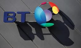 El logo del grupo británico de telecomunicaciones BT fuera de un centro de convenciones en Liverpool, en Inglaterra. 9 de abril de 2016. El grupo británico de telecomunicaciones BT dijo el jueves que eliminará 4.000 empleos de su unidad Servicios Globales que trabaja con multinacionales y recortará sus ambiciones de crecimiento de dividendos, en un intento por recuperarse de un escándalo contable y una advertencia sobre sus ganancias. REUTERS/Phil Noble