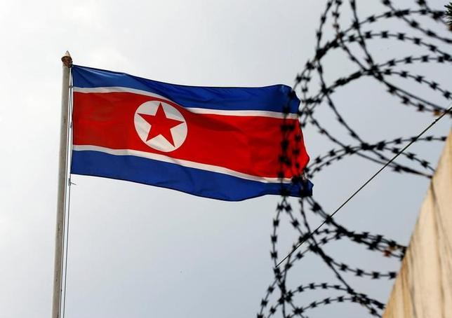 5月11日、北朝鮮が拘束した米国人の処罰は正当な権利と主張した。写真は北朝鮮国旗。クアラルンプールで3月撮影(2017年 ロイター/Edgar Su)