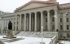 Imagen de archivo del Departamento del Tesoro de Estados Unidos en Washington, feb 22, 2001. Los rendimientos de la deuda estadounidense caían el jueves tras marcar máximos desde marzo, ya que las pérdidas en Wall Street incentivaban la búsqueda de activos seguros antes de la subasta de 15.000 millones de dólares en bonos del Tesoro a 30 años.