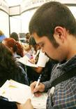 Imagen de archivo de una persona rellenando una solicitud de empleo en una feria laboral en Ciudad de México. El desempleo urbano en América Latina y el Caribe superaría el 9,0 por ciento en 2017, por encima de lo registrado el año pasado, ante un frágil crecimiento económico en la región y débiles condiciones laborales, dijeron el jueves la CEPAL y la OIT. Reuters/archivo