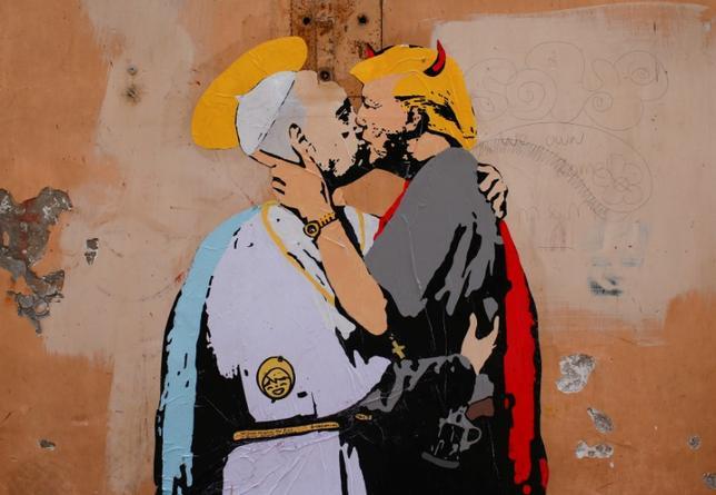 5月11日、バチカンからローマ市内へと流れるテベレ川沿いの通りの壁に、ローマ法王フランシスコがトランプ米大統領とキスする場面を描いた等身大のストリートアートが登場した。トランプ大統領は、24日にバチカンで法王と面会する(2017年 ロイター/Tony Gentile)