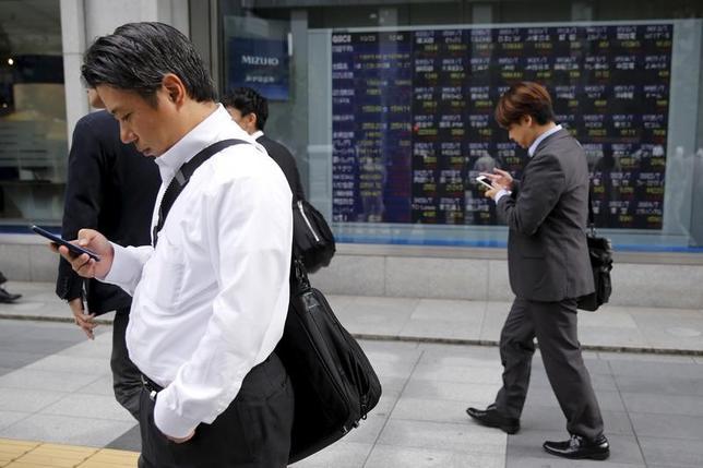 5月12日、前場の東京株式市場で、日経平均株価は前日比138円27銭安の1万9823円28銭となり、反落となった。写真は都内にある証券会社の株価ボード。2015年10月撮影(2017年 ロイター/Toru Hanai)