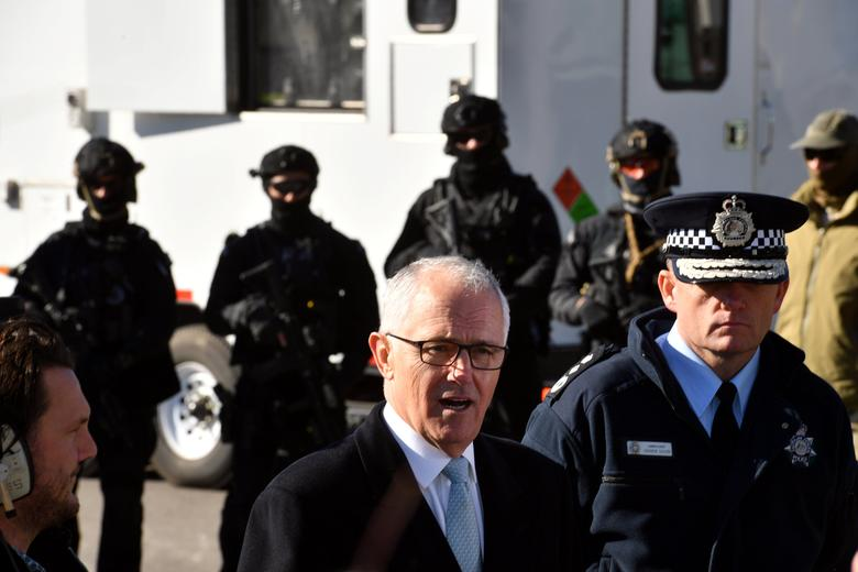 Australian Prime Minister Malcolm Turnbull and Australian Federal Police Commissioner Andrew Colvin (R) tour the Australian Federal Police (AFP) Majura Forensics Facility in Canberra, Australia, May 8, 2017.      AAP/Mick Tsikas/via REUTERS