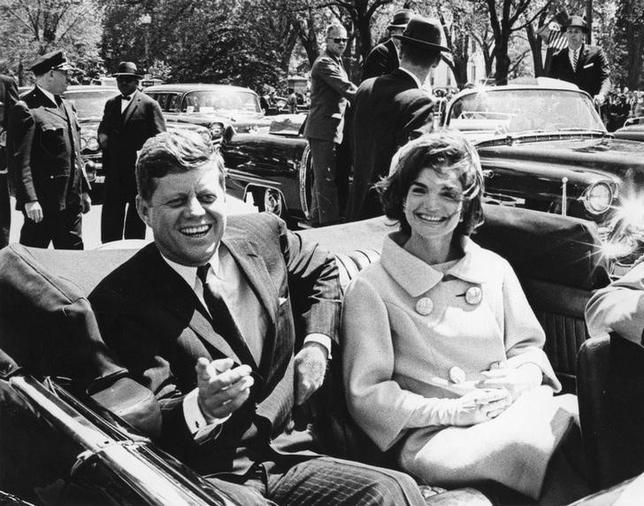 5月11日、ジョン・F・ケネディ元米大統領夫人の故ジャクリーン・ケネディさんの腕時計と絵画のオークションが、来月ニューヨークで開かれる。主催する競売大手クリスティーズによると、最高12万ドル(約1365万円)の値が付くと予想されている。1961年撮影の提供写真(2017年 ロイター/Abbie Rowe/The White House/John F. KennedyPresidential Library)