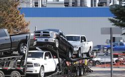 Un camión transporta en octubre de 2015 nuevas camionetas Dodge Ram de la fábrica de ensamblaje Warren Truck en Warren, Michigan, de Fiat Chrysler Automobiles (FCA). REUTERS/Rebecca Cook. Fiat Chrysler Automobiles NV está llamando a revisión más de 1,25 millones de camionetas en todo el mundo para evaluar y reacondicionar un software relacionado con una muerte en un choque y dos heridos. La automotriz ítalo-estadounidense dijo que reprogramará los módulos computacionales porque un error de código podría deshabilitar temporalmente la bolsa de aire lateral y el dispositivo que controla el despliegue del cinturón de seguridad durante un vuelco si el vehículo es impactado en la parte baja.