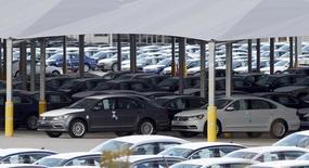 La foto de archivo muestra autos estacionados en una planta en Chattanooga, Tennessee, EEUU. Los inventarios de las empresas de Estados Unidos aumentaron en marzo porque una caída en las ventas de automotores siguió incrementando las existencias, mostraron el viernes datos del Gobierno. REUTERS/Tami Chappell