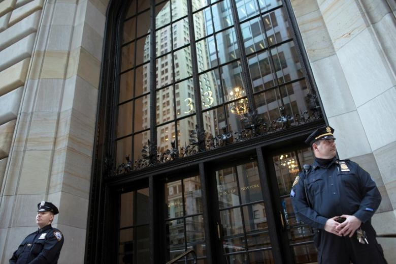 Federal Reserve and New York City Police officers stand guard in front of the New York Federal Reserve Building in New York, October 17, 2012.   To match Special Report CYBER-HEIST/FEDERAL     REUTERS/Keith Bedford/File Photo