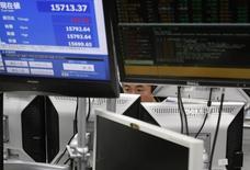Un operador observando unos monitores en una correduría en Tokio, sep 5, 2014 Las bolsas de Asia se debilitaban el viernes tras una sesión bajista en Wall Street, aunque se mantenían en camino a unas ganancias semanales, y los precios del crudo extendían sus avances por las esperanzas de recortes a la producción . REUTERS/Yuya Shino