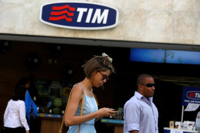 FILE PHOTO: People walk in front of a Telecom Italia Mobile (TIM) store in downtown Rio de Janeiro August 20, 2014. REUTERS/Pilar Olivares/File Photo