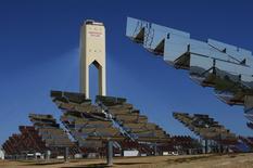 En la imagen de archivo, una instalación solar de Abengoa en Sanlúcar la Mayor, cerca de Sevilla, el 29 de marzo de 2016. REUTERS/Marcelo del Pozo