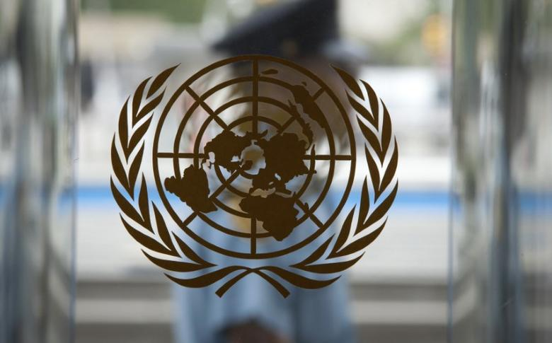 A security guard walks past the United Nations logo at the U.N. Headquarters in New York, August 31, 2013.    REUTERS/Carlo Allegri