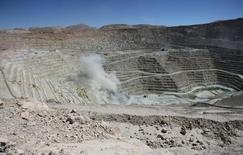 La imagen de archivo muestra una vista general de la mina de BHP Billiton La Escondida, el mayor yacimiento de cobre del mundo, en Antofagasta, Chile. Las canadienses Teck Resources, Lundin Mining y HudBay Minerals son algunas de las firmas que han presentado ofertas por la mina de cobre chilena Cerro Colorado de BHP Billiton, dijeron fuentes familiarizadas con el tema. REUTERS/Ivan Alvarado