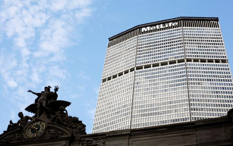 FILE PHOTO -  A statue stands atop Grand Central Station in front of the MetLife building in New York, October 8, 2008.  REUTERS/Lucas Jackson/File Photo