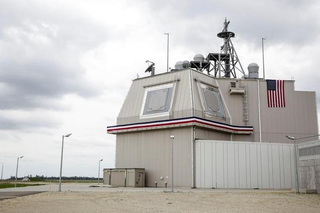 5月13日、弾道ミサイル防衛強化の一環として整備を検討している新型迎撃ミサイルシステムについて、日本政府が陸上配備型イージス(イージス・アショア)の導入に傾いていることがわかった。写真は、ルーマニアのデベセル空軍基地に配備された「イージス・アショア」のデッキハウス。2016年5月撮影(2017年 ロイター/Inquam Photos/Adel Al-Haddad)