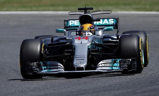 5月13日、自動車レースF1の今季第5戦、スペインGP公式予選、メルセデスのルイス・ハミルトンが通算64回目のポールポジションを獲得した(2017年 ロイター/Albert Gea)