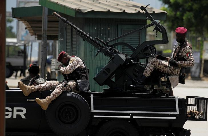 Soldiers of Ivory Coast presidential guard take position in front of mutinying soldiers in the centre of the commercial capital Abidjan, Ivory Coast, May 12, 2017. REUTERS/Luc Gnago