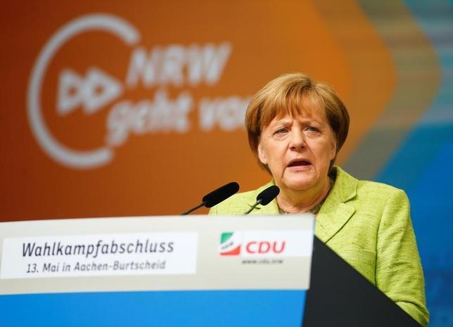 5月14日、ドイツ西部ノルトライン・ウェストファーレン州の議会選が行われ、公共放送ARDの得票率予測によると、メルケル首相(写真)率いる保守系政党のキリスト教民主同盟(CDU)が33%を獲得し、州議会与党である社会民主党(SPD)の31.5%を上回って勝利した。アーヘンで13日撮影(2017年 ロイター/Thilo Schmuelgen)
