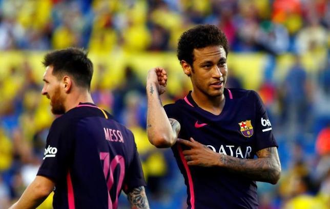 5月14日、サッカーのスペイン1部は各地で試合を行い、優勝争いをしているレアル・マドリードとバルセロナはともに勝利し、勝ち点87で肩を並べている。直接対決の成績でバルセロナが首位に立つものの、レアルは1試合消化が少ない。写真はハットトリックを決めたバルセロナのネイマール(2017年 ロイター/Borja Suarez)