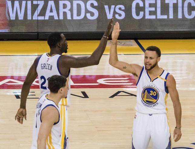5月14日、米プロバスケットボール協会(NBA)はプレーオフの西カンファレンス決勝(7回戦制)を行い、第1シードのウォリアーズは第2シードのスパーズに113─111で競り勝ち、白星スタートを切った。写真は決勝点を決めたステフェン・カリー(2017年 ロイター/Kelley L Cox-USA TODAY Sports)