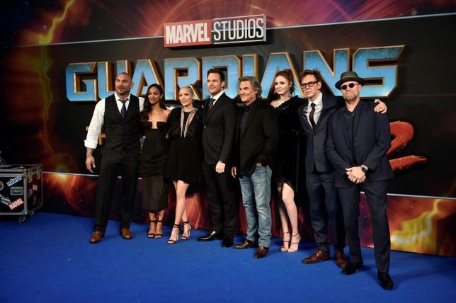 5月14日、バラエティ・ドット・コムによると、週末の北米映画興行収入ランキングは、マーベル・コミックス原作の「ガーディアンズ・オブ・ギャラクシー:リミックス」が6600万ドル(約75億円)で2週連続の首位となった。これまでの国内興収合計は2億5000万ドルに迫っている。写真は出演者や監督で、先月24日ロンドンで撮影(2017年 ロイター/Hannah McKay)