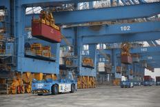 Vehículos de conducción autónoma operan un terminal de contenedores en el puerto de Qingdao. 11 de mayo de 2017. REUTERS/Stringer. El crecimiento de la producción manufacturera de China se enfrió con un avance de un 6,5 por ciento en abril respecto del mismo mes del año anterior, mientras que la inversión en activos fijos creció un 8,9 por ciento en los primeros cuatro meses de este año. SOLO USO EDITORIAL