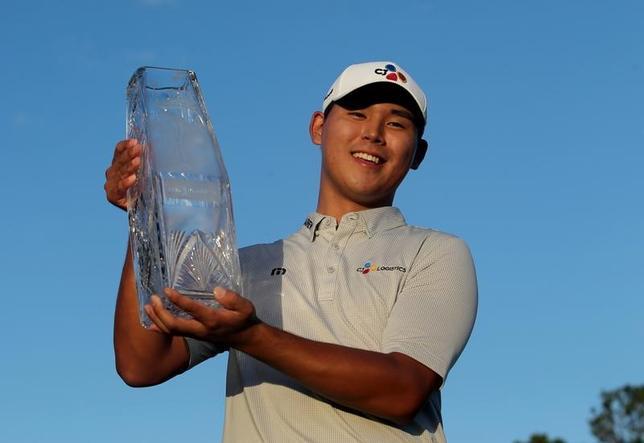 5月14日、米男子ゴルフのプレーヤーズ選手権は、フロリダ州ポンテベドラビーチのTPCソーグラス(パー72)で最終ラウンドを行い、金シウ(韓国)が21歳10カ月の史上最年少で優勝した(2017年 ロイター/Peter Casey-USA TODAY Sports)
