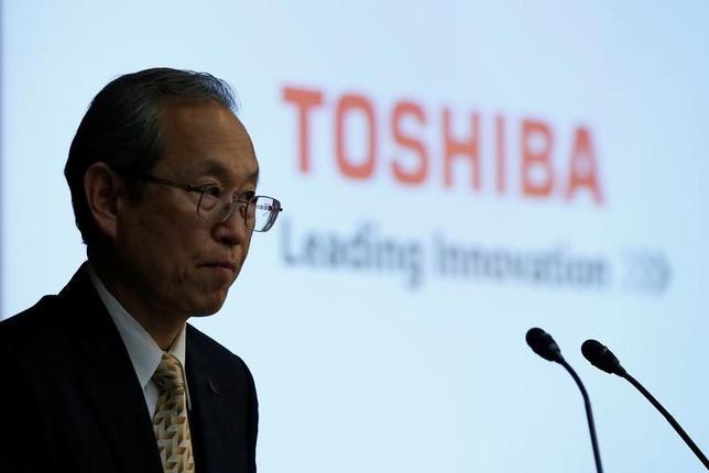 5月15日、東芝の綱川智社長(写真)は記者会見で、メモリー事業の合弁相手である米ウエスタン・デジタル(WD)がメモリー事業の売却に待ったをかけていることについて、「WDが(売却)プロセスを差し止める根拠はない」と述べた。東芝本社で撮影(2017年 ロイター/Toru Hanai)