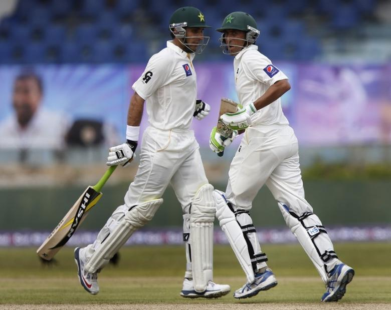 Pakistan's captain Misbah-ul-Haq (L) and Younis Khan run between wickets during the first day of their first test cricket match against Sri Lanka in Galle August 6, 2014.REUTERS/Dinuka Liyanawatte
