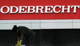 Funcionaria trabaja frente al logo de Odebrecht, en la sede de la compañía, en Sao Paulo, Brasil. 17/04/2017. Los bancos brasileños están aumentando la presión sobre el conglomerado Odebrecht SA para que ponga en orden sus asuntos luego de meses de tratar a la compañía con cuidado por temor a que su colapso pudiera afectar sus balances, dijeron fuentes. REUTERS/Nacho Doce