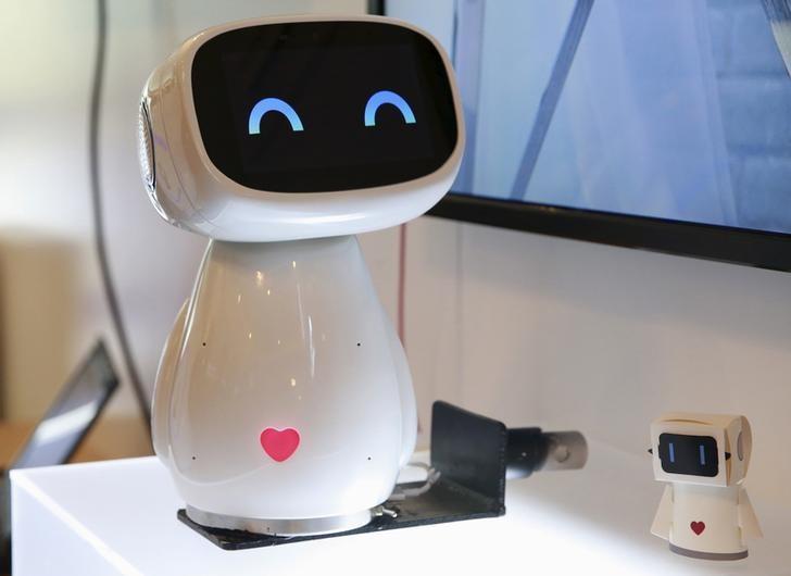 """资料图片:2015年9月8日,百度机器人""""小度""""。REUTERS/Kim Kyung-Hoon"""
