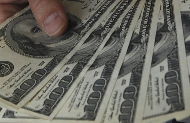 5月16日、正午のドル/円は、前日ニューヨーク市場午後5時時点と比べ、ドル安/円高の113.43/45円だった。写真は都内で2010年11月撮影(2017年 ロイター/Issei Kato)