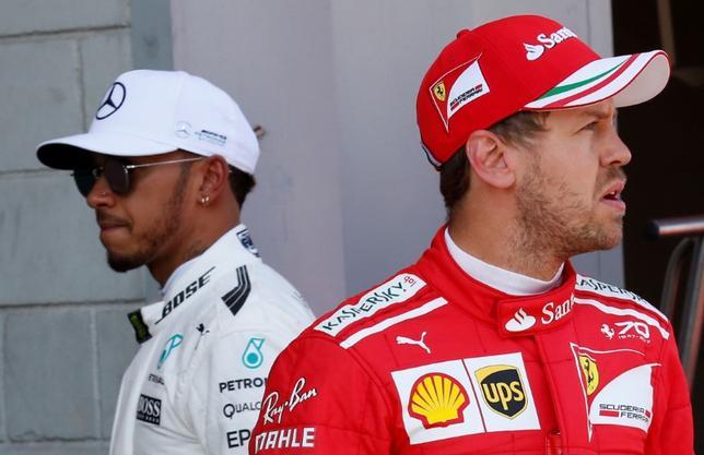 5月15日、自動車レースF1、メルセデスのルイス・ハミルトン(左)は、フェラーリのセバスチャン・フェテル(右)との激しいライバル争いを楽しんでいると述べた。バルセロナで13日撮影(2017年 ロイター/Albert Gea)