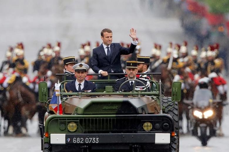 2017年5月14日,法国总统马克龙在就职典礼后,乘坐军用吉普车经过香榭丽舍大道。REUTERS/Michel Euler