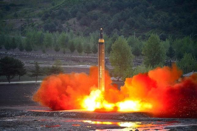 5月16日、 韓国の韓民求国防相は、北朝鮮が14日に実施したミサイル発射について、中距離弾道ミサイルの開発を目的としていたなら成功とみなすべきと述べた。写真は中長距離弾道ロケット「火星12」の発射テストの模様。15日KCNA提供写真(2017年 ロイター)