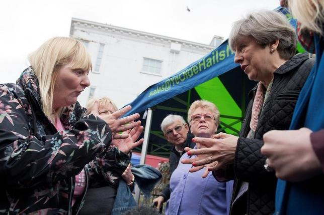 5月15日、英国のメイ首相は、6月8日の総選挙に向けたキャンペーンでイングランド中部のアビンドンを訪れた際、障害者給付の削減に憤った有権者から怒りをぶつけられる一幕があった。代表撮影(2017年 ロイター/Justin Tallis)