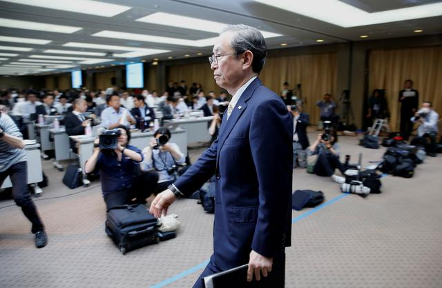 Toshiba Corp CEO Satoshi Tsunakawa leaves a news conference at the company's headquarters in Tokyo, Japan May 15, 2017.   REUTERS/Toru Hanai