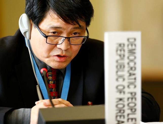 5月16日、北朝鮮は国連のジュネーブ軍縮会議で、最近のミサイル発射実験は国際法にもとでの自衛という正当な行動であると主張し、米国の非難は北朝鮮の主権と尊厳への理不尽な侵害だと指摘した。会議に出席した北朝鮮の外交官(2017年 ロイター/Denis Balibouse)