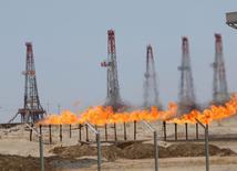 Las llamas emergen de un oleoducto en el yacimiento de Rumaila en Basra, Irak. 11 de mayo 2017.  Irak está comprometido con reducir la producción petrolera para limitar el excedente de suministros en el mercado mundial y apoyará cualquier extensión de los recortes de bombeo que esté en línea con lo que decida la OPEP, dijo el martes el primer ministro Haider al-Abadi. REUTERS/Essam Al-Sudani