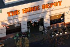IMAGEN DE ARCHIVO: Una tienda de Home Depot en Long Beach, California, Estados Unidos. 8 de septiembre 2016. Las ganancias y ventas comparables de la cadena Home Depot superaron las estimaciones de analistas en el primer trimestre, gracias a que sus clientes gastaron más en productos costosos como electrodomésticos y materiales de construcción. REUTERS/Lucy Nicholson/File Photo