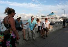 Turistas se sientan cerca de un crucero en La Habana, Cuba. 15 de mayo 2017. La conferencia anual de la Latin American Hotel and Tourism Investment se inauguró esta semana en La Habana y la lista de patrocinadores parece el quién es quién de la industria hotelera de Estados Unidos. REUTERS/Stringer