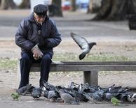 Un jubilado alimenta palomas en una plaza de Buenos Aires. 9 de junio de 2011. El déficit de la Administración Nacional de la Seguridad Social (Anses) de Argentina superará este año el saldo negativo del 0,4 por ciento del Producto Interno Bruto (PIB) del 2016 debido a mayores pagos, dijo el martes a Reuters el director ejecutivo de la entidad. REUTERS/Enrique Marcarian